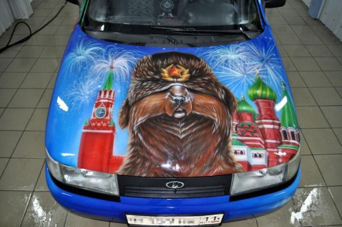 Медведь в шапке-ушанке на фоне Кремля